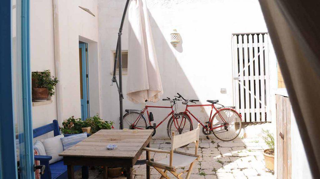Fahrräder im Innenhof in Apulien