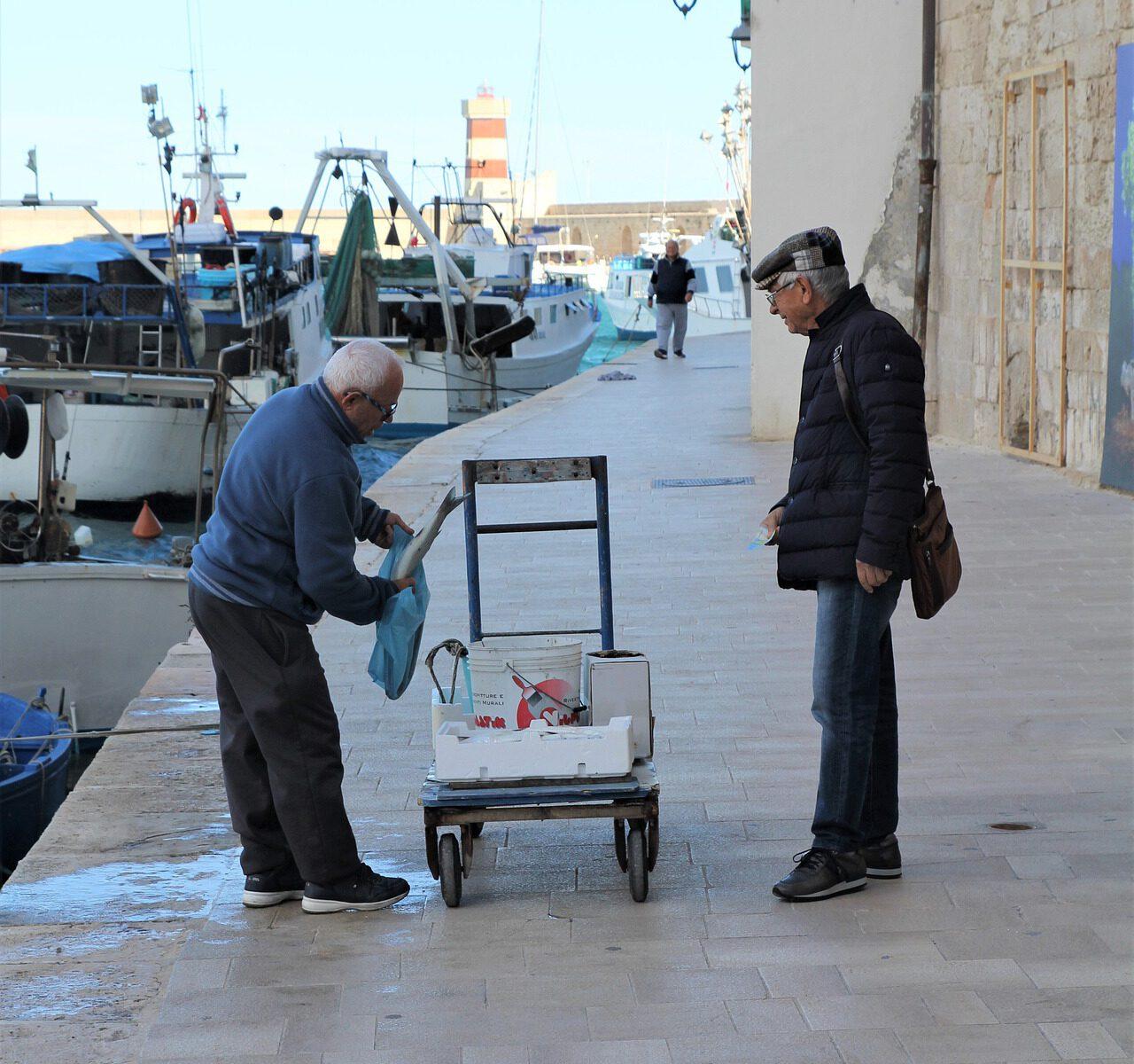 Gallipoli-Apulien-Salento-Fischer-am-Hafen